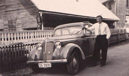 August Kellner vor seinem Auto